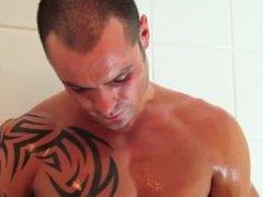 David french vidz guy get  super exposed under shower!