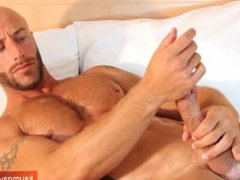 French hunk vidz guy serviced:  super get wanked his huge cock by a guy !