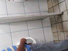 Pegacão De vidz Homens Em  super Banheiro Público