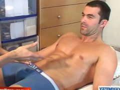Real hetero vidz guy get  super wanked his big cock by a guy in spite of him !