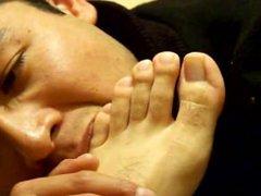 Un fetichista vidz de los  super pies masculinos exitandose con un muchacho mexicano