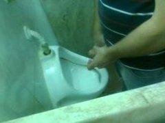 Big cock vidz in spy  super urinal, young guy/ Espia pija grande de jovencito en baño