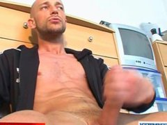 Gym club's vidz trainer gets  super wanked his big cock by a client in spite of him !
