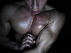 Teeb Bodybuilder vidz Muscle Stud  super shows off and FLEXING his oiled body