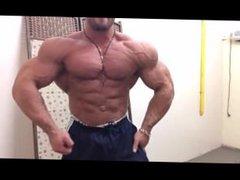 Massive Bodybuilder vidz Flexing