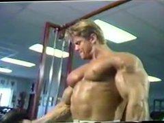 Eddie Robison vidz Bodybuilder posing