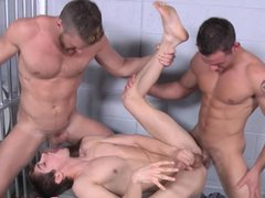 Muscular jock vidz detainee in  super threesome