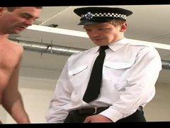Dos policias vidz abusando de  super un pobre hombre