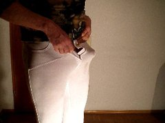 Schlanker Mann vidz wichst in  super weisser Leggings und Lackstiefel