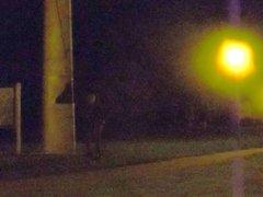 La nuit, vidz en leggings,  super sur une aire de repos - camion.part1