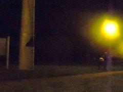 La nuit, vidz en leggings,  super sur une aire de repos - camion.part