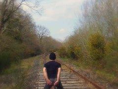 en leggings, vidz le long  super de la voie ferree...