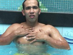 Latino DILF vidz jerks off  super in the pool