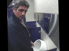 cruising in vidz toilet !!