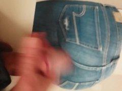 grosse branle vidz et ejac  super sur petit cul en jeans