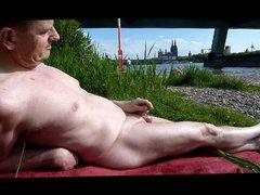 Wank while vidz sunbathing