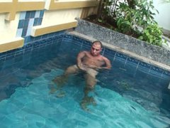 Beefy latino vidz dude jerking  super off in the pool