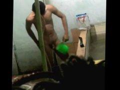 Espiando o vidz amigo punhetando  super no banho