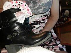 Cum on vidz her boots  super in her underwear