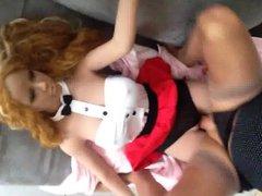 Doll Lya. vidz Assis sur  super ses cuisses, je la baise