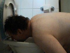 Slave licks vidz the toilet  super clean